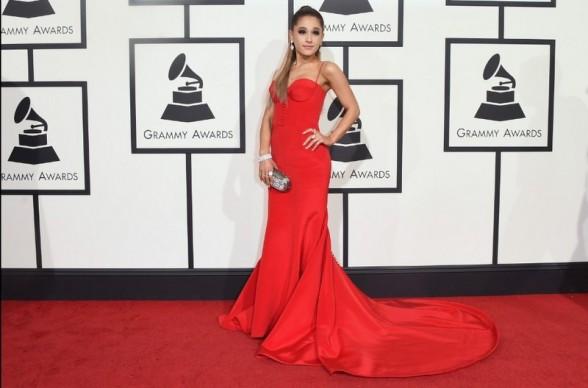 Ariana Grande surgiu com longo vermelho by Romona Keveza