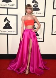 Taylor Swift investiu no color blocking com vestido Atelier Versace