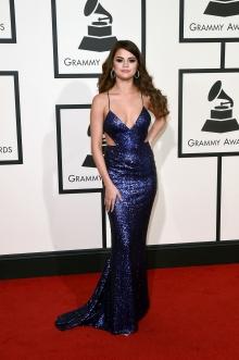 Selena Gomez estava linda com o vestido de paetês by Calvin Klein