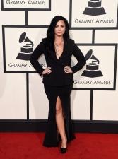 No seu primeiro Grammy, Demi Lovato apostou no decote e fenda profunda em um loo com elementos do vestuário masculino