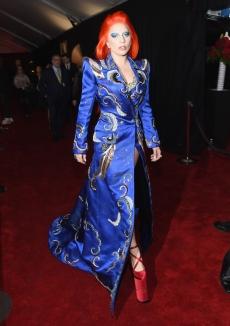 Lady Gaga homenageou David Bowie ao surgir com look (by Marc Jacobs) e beleza inspirada no artista