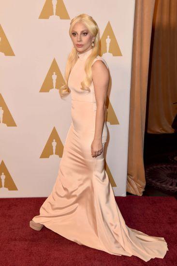 Lady Gaga estava bem discreta com um longo de crepe Christian Siriano