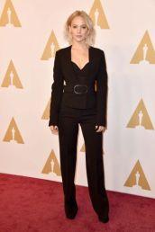 Jennifer Lawrence Indicada ao prêmio de melhor atriz por Joy, a loira foi ao almoço com um terninho Stella McCartney