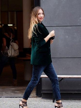 street-style-look-blazer-verde-veludo-calca-jeans-sandalia