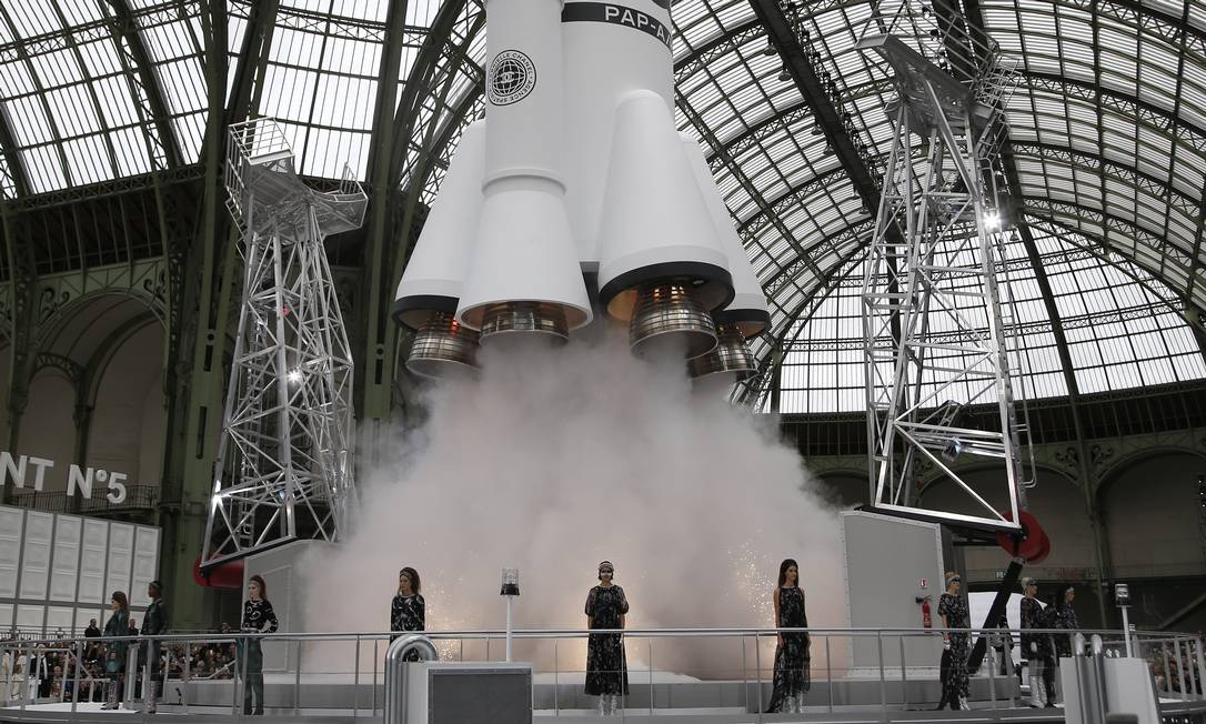 65603586_Models-wear-creations-for-Chanel27s-Fall-Winter-2017-2018-ready-to-wear-fashion-collecti