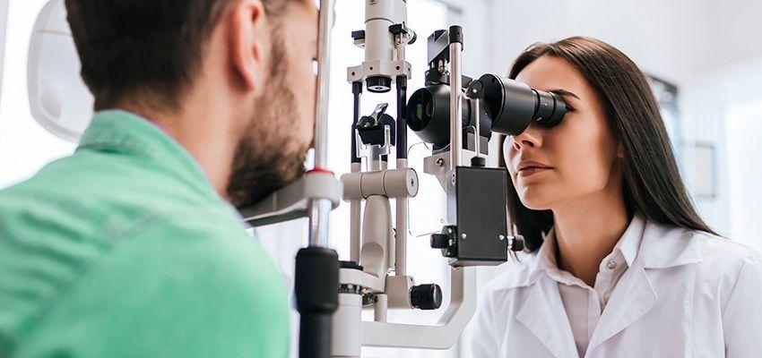 medica-analisando-visao-paciente